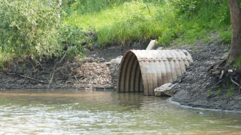 Un égout qui donne sur une rivière.