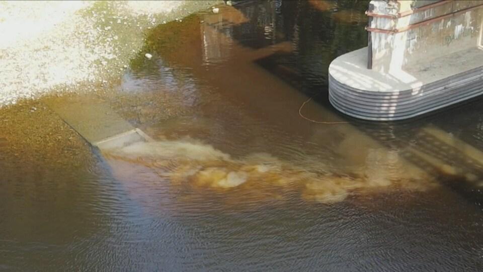 Fuite de près dans la rivière.
