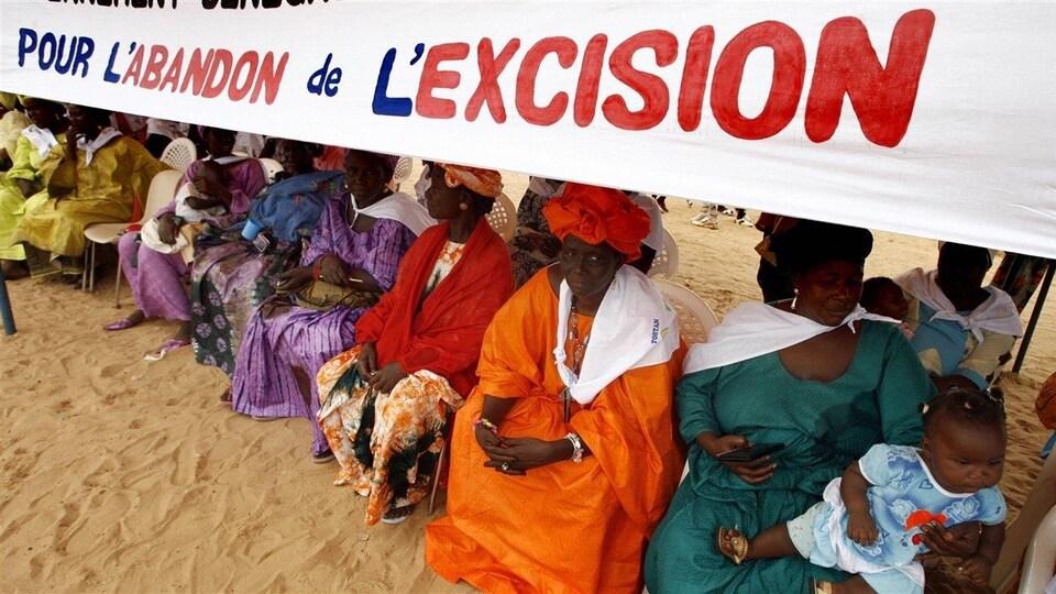 Un groupe de femmes sénégalaises protestent contre la pratique de l'excision.