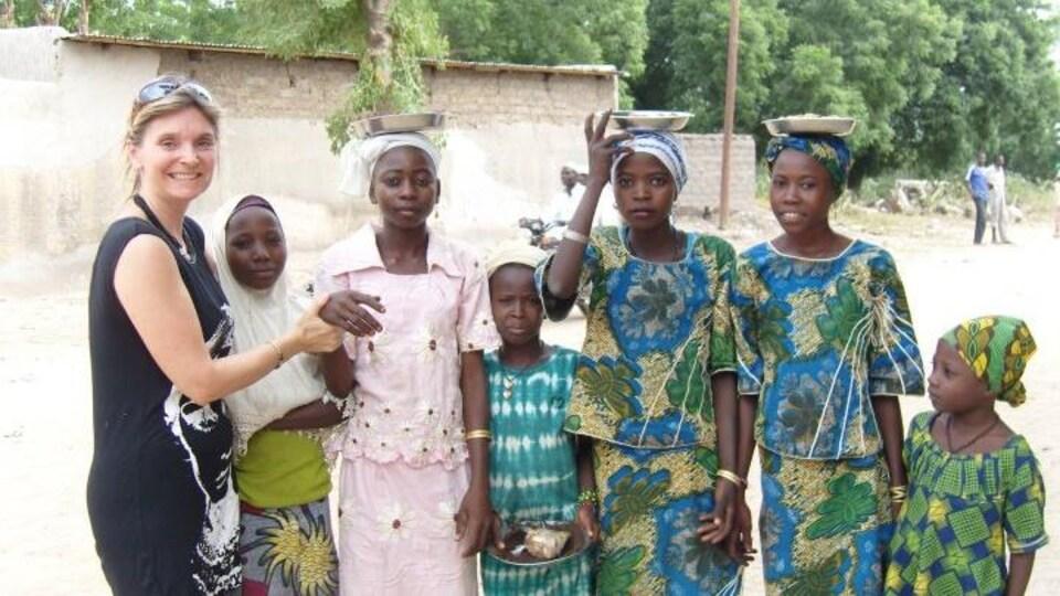 Six jeunes filles africaines debout, avec l'enseignante