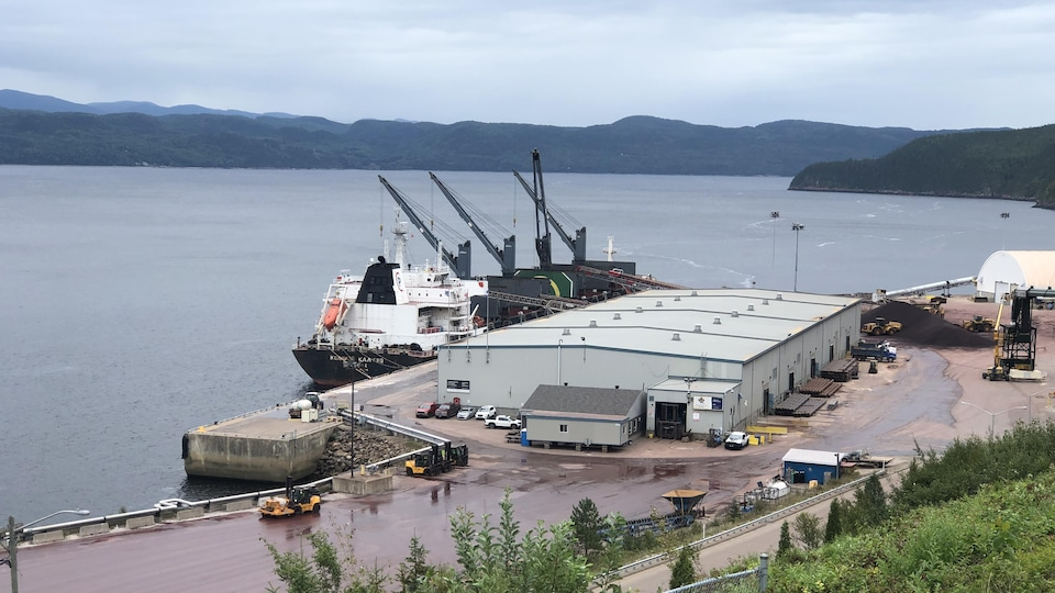 Un navire accosté au port de Grande-Anse pour être chargé de billes de fer.