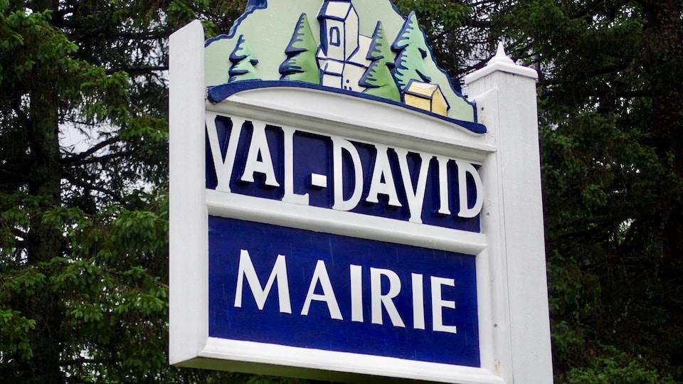 Enseigne en bois disant « Val-David Mairie ».