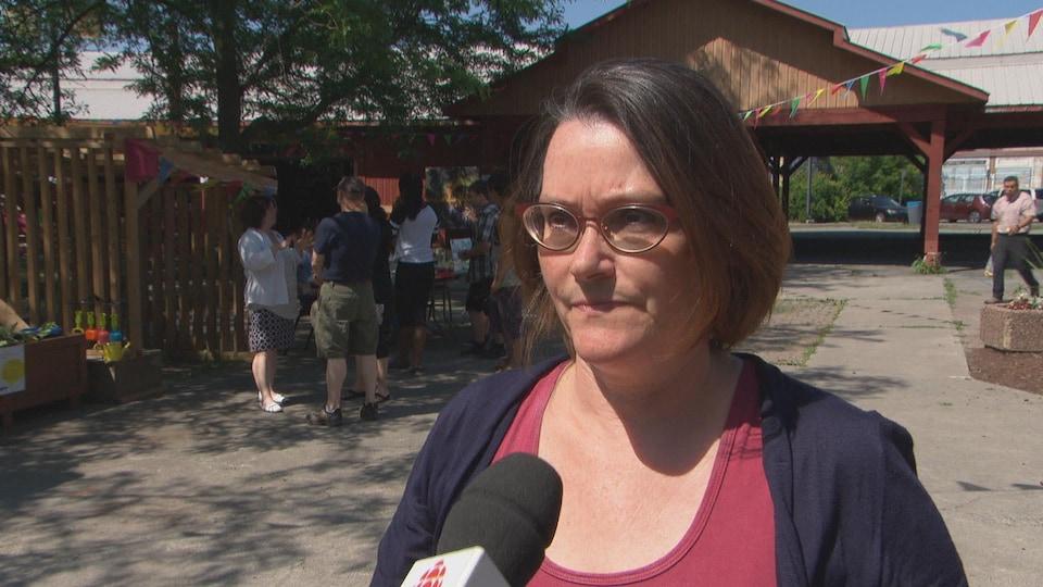 Une femme en entrevue dans un marché public extérieur de Gatineau.
