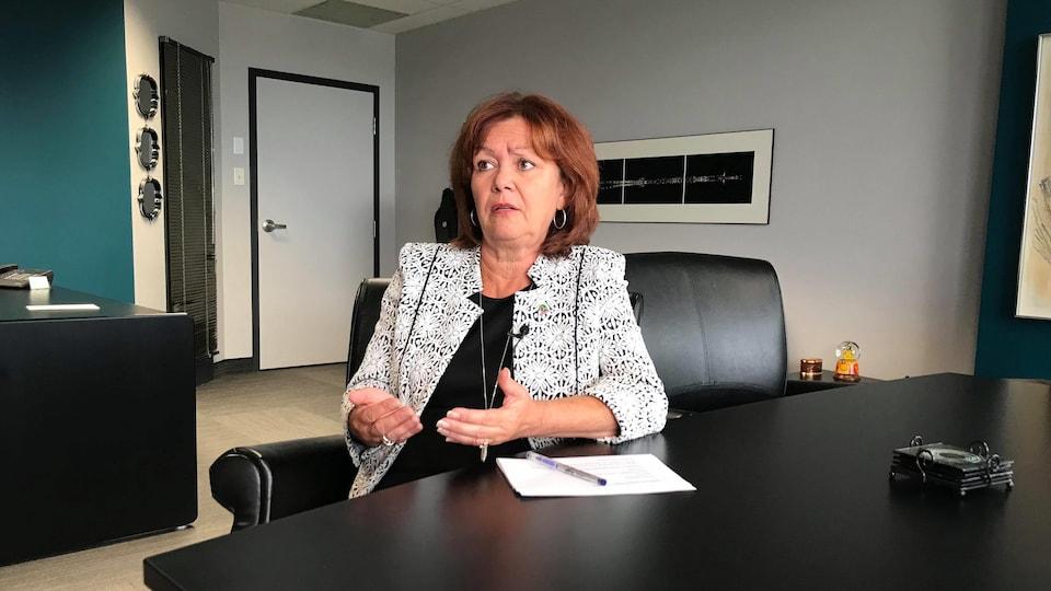 Diane Dallaire accorde une entrevue a la caméra dans son bureau.