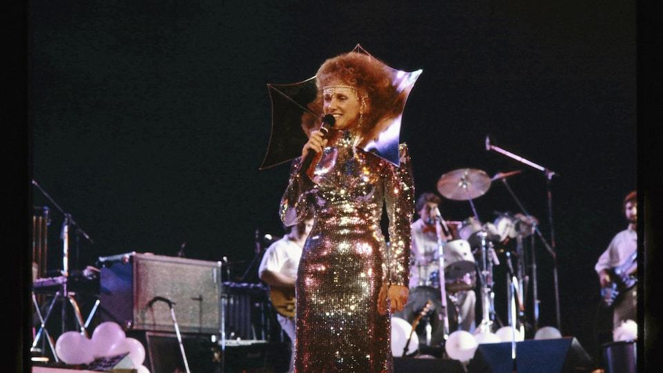 Diane Dufresne sur scène dans une robe dorée.