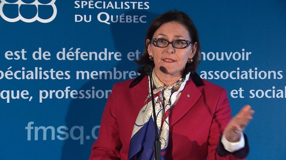 La présidente de la Fédération des médecins spécialistes du Québec, Diane Francoeur, répond aux questions des journalistes lors d'une conférence de presse le 20 décembre 2017.