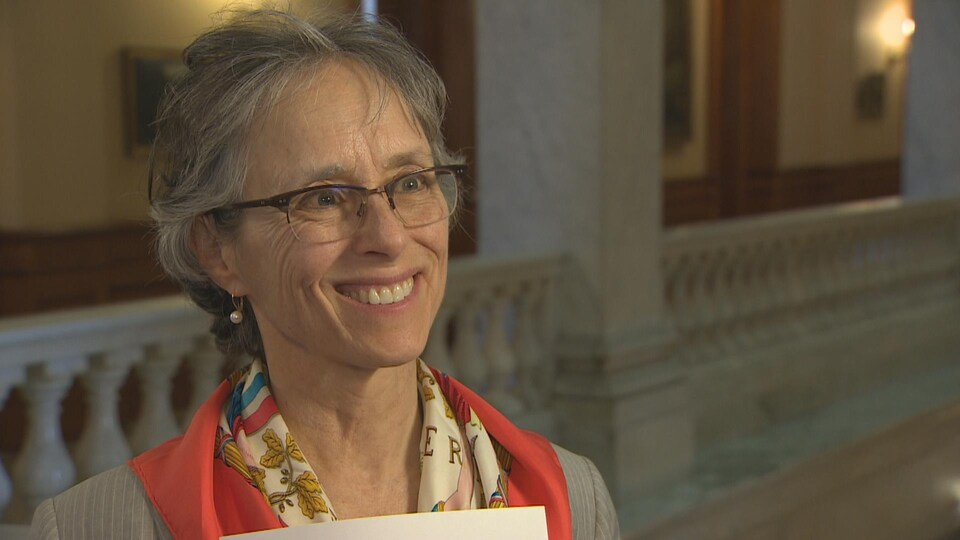 Diane Saxe répond au micro de Radio-Canada à l'intérieur du bâtiment de l'Assemblée législative de l'Ontario.