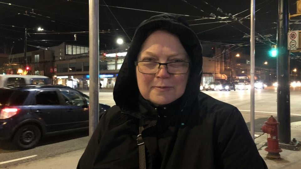 Une navetteuse dans les rues de Vancouver très tôt dans le nuit.