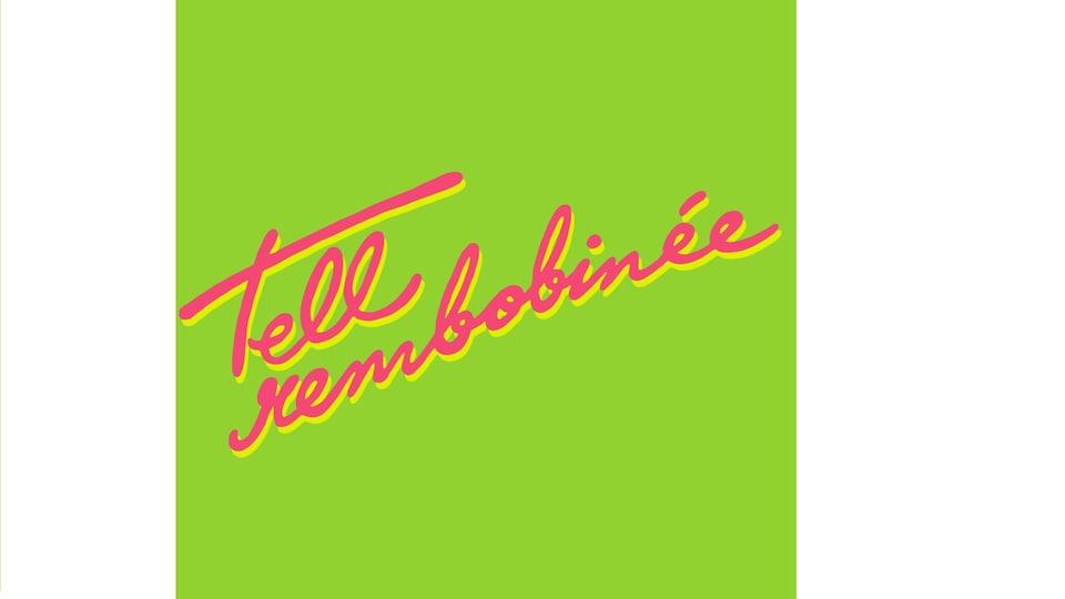 Texte Tell Rembobinée sur fond vert.