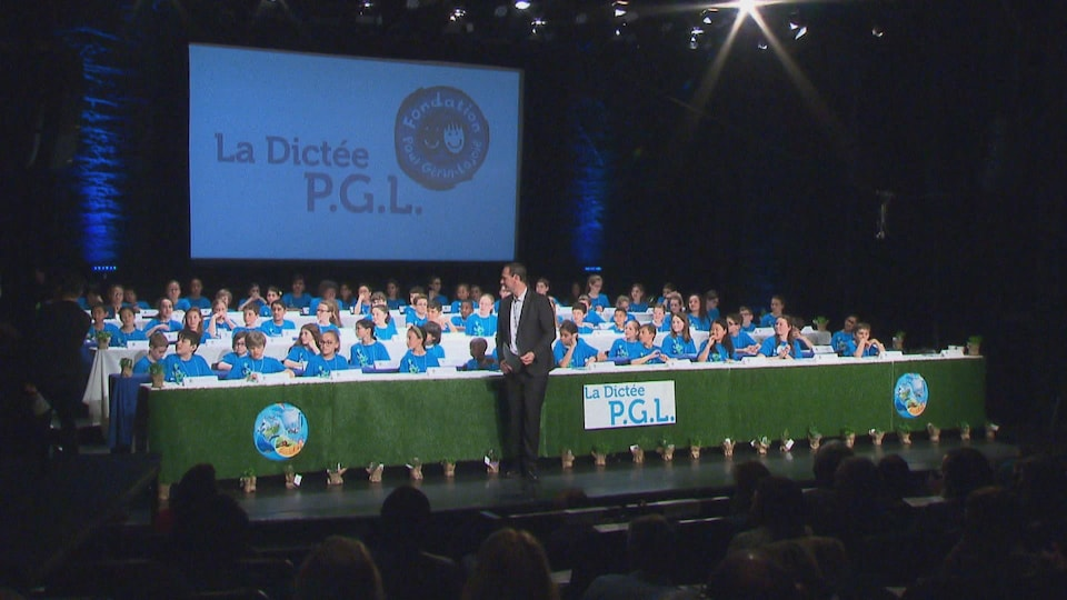 Les participants à la dictée PGL en rangées sur scène.