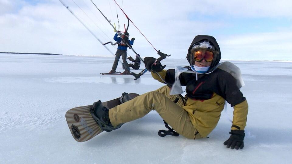 compétiteur assis sur la glace près à partir.