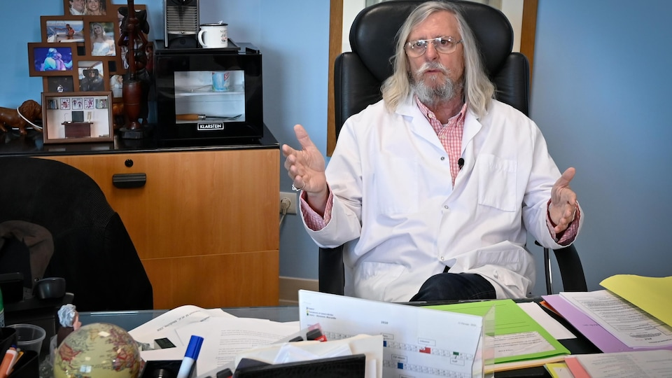 Le Dr Didier Raoult dans son bureau.