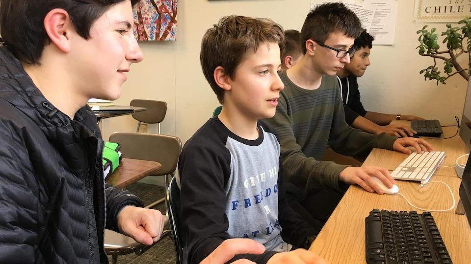 À l'ordinateur, Diego Uribe et quatre autres élèves.