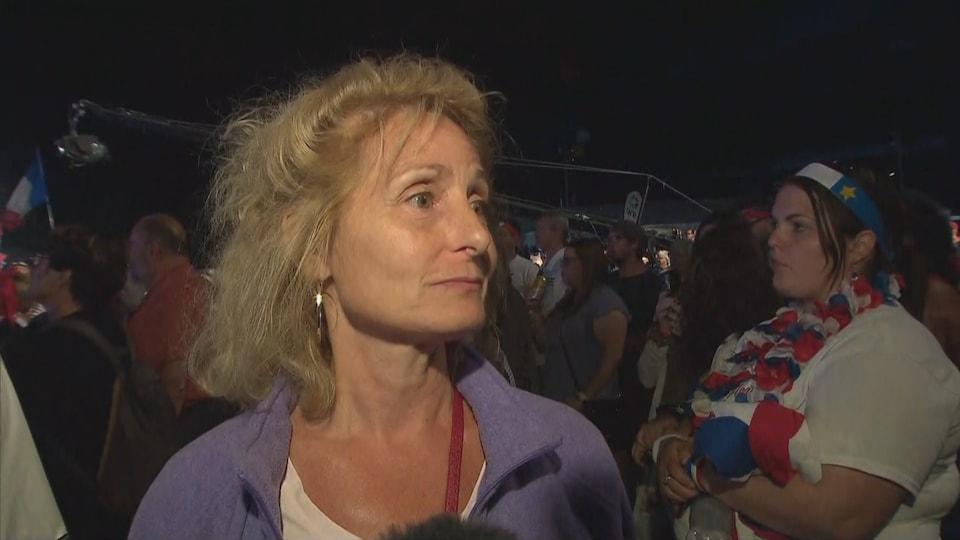 Une dame en entrevue dans la foule