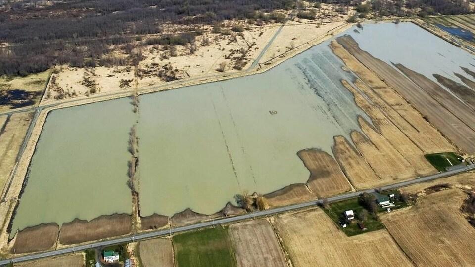 De l'eau recouvre une partie d'un champ.