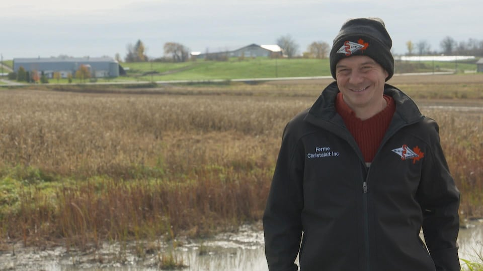Christian Lemire dans un champ.