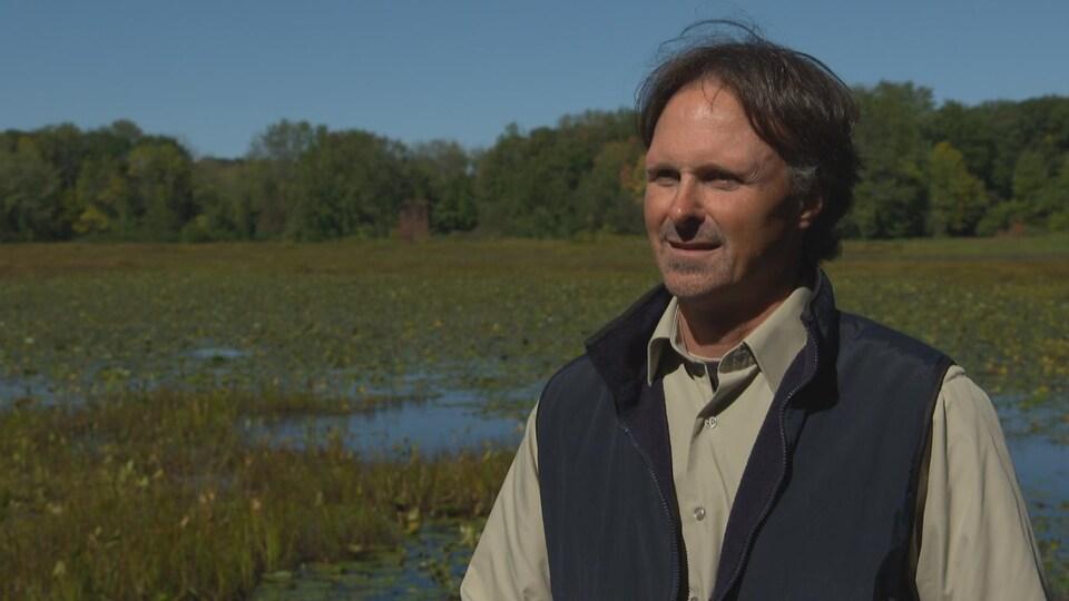 Philippe Brodeur dans une plaine inondée.