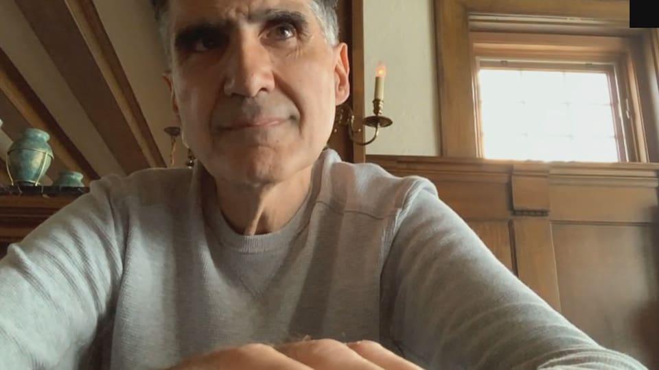Dimitrios Azemopoulos pendant une conversation Skype