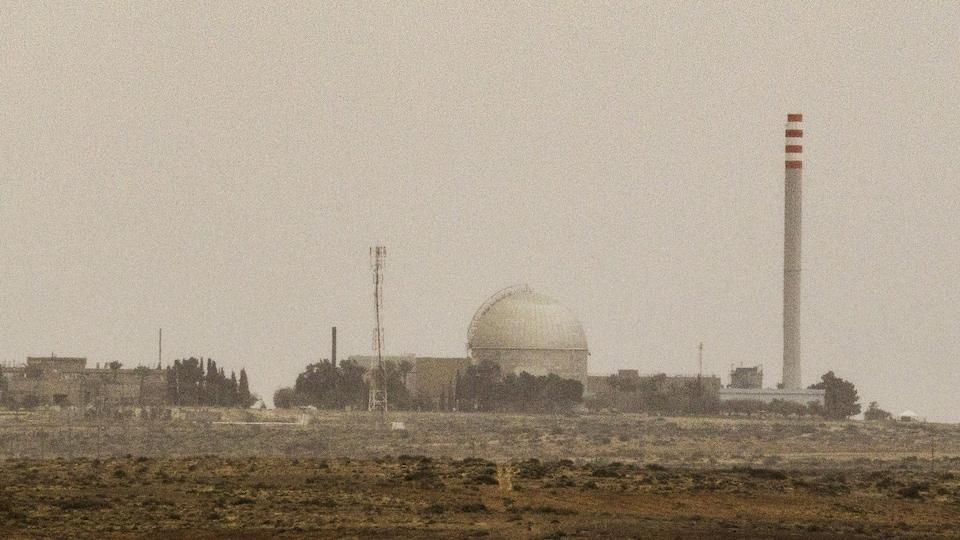 Une vue d'une centrale nucléaire dans le désert