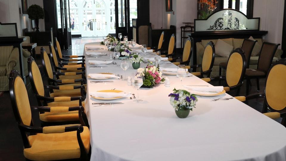 Une table est mise pour un dîner de travail qui n'a jamais eu lieu.
