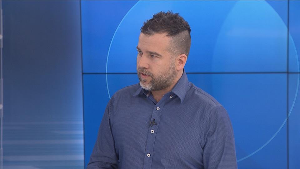 Frédérick Dion en entrevue dans les studios de Radio-Canada Acadie