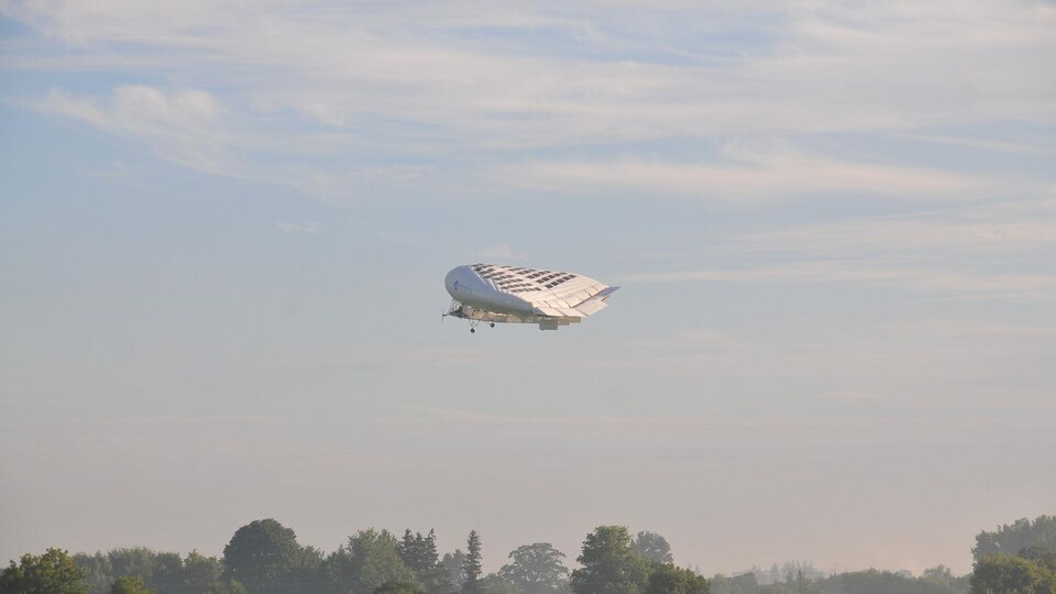 Essai en vol d'un dirigeable hybride de Solar Ship en juillet 2014