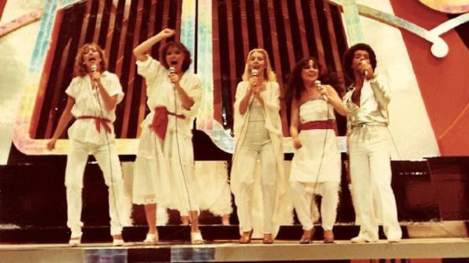 Le groupe Toulouse en performance sur scène, accompagné de Patsy Gallant et Boule Noire.