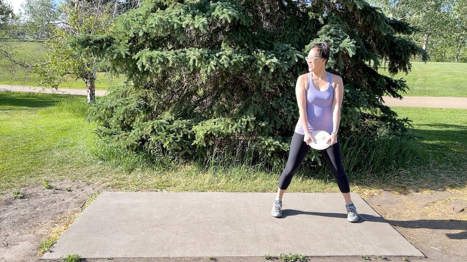Vicky Yeung se prépare à faire voler le disque sur le terrain de disc-golf du parc Rundle.
