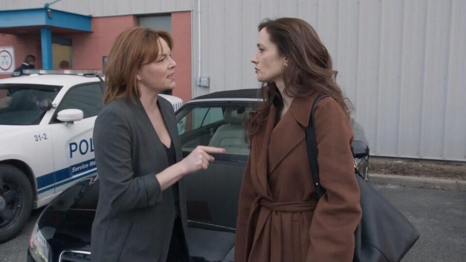 Les deux femmes sont face à face.