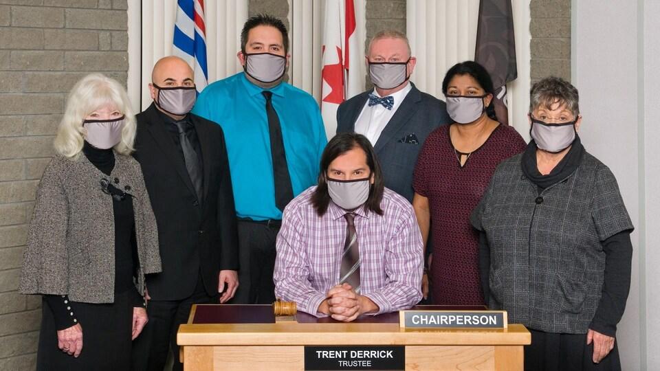 Les sept membres du conseil scolaire posent pour une photo de groupe.