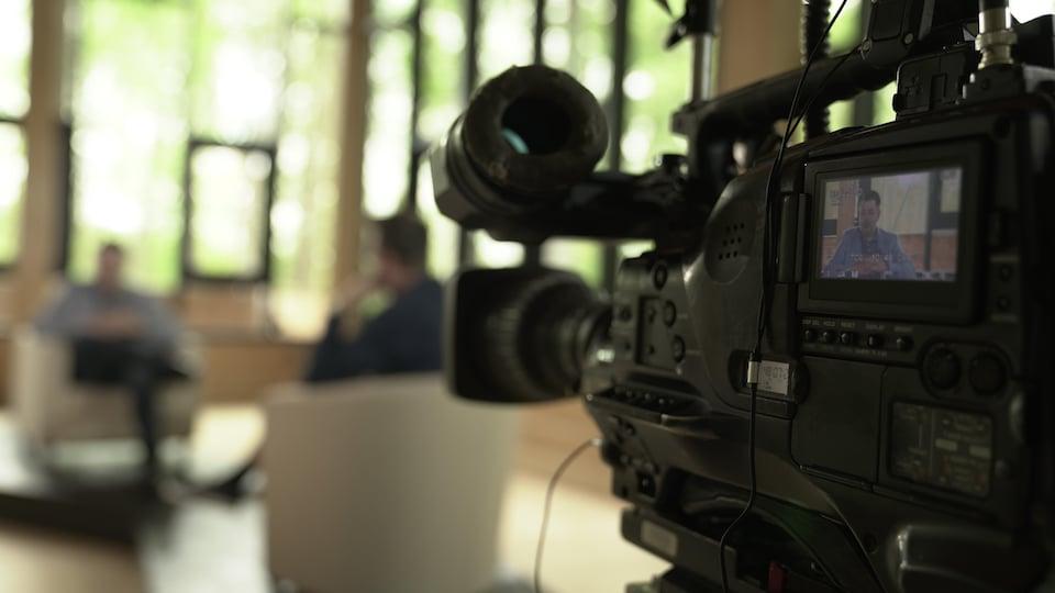 Le Dr Alex Carignan sur un plateau de télévision.