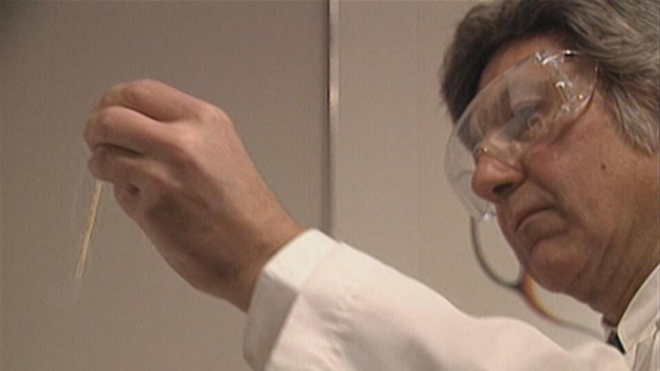 On voit le Dr Bernard Barwin en train de faire des tests de laboratoire à son ancienne clinique de fertilité.