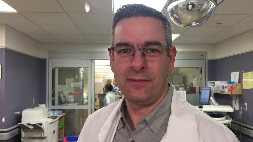 Le docteur Kirk Magee au travail à l'hôpital.