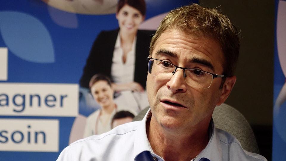 Sylvain Leduc lors d'une conférence de presse.