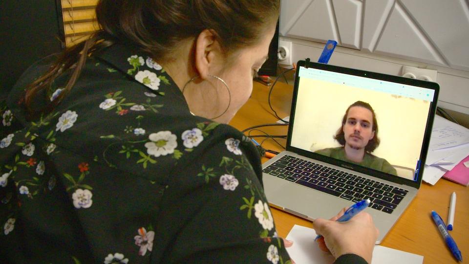 Tamara Altéresco, de dos, discute avec Alexandre Dolgopolov via Skype.