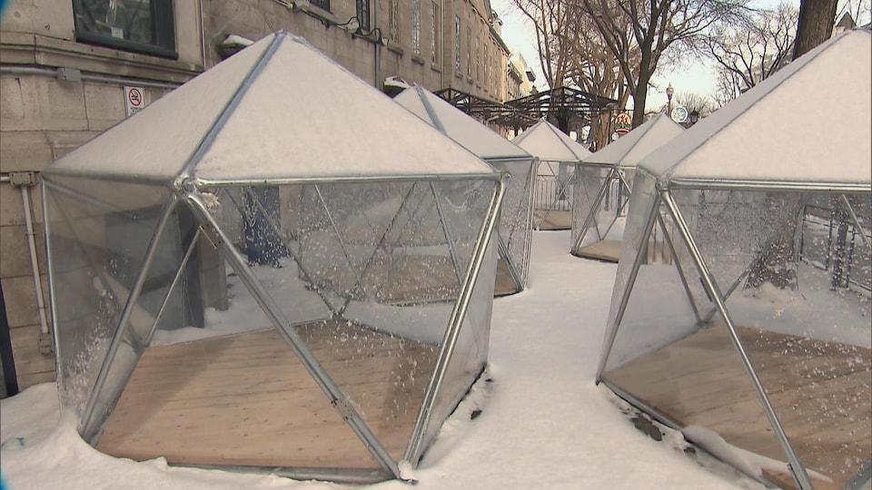 Des dômes en plastiques, avec des tiges d'acier, sur une terrasse, en hiver.