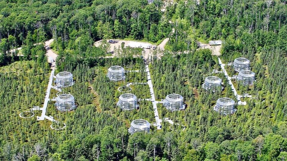 Une vue aérienne d'un site de recherche scientifique.