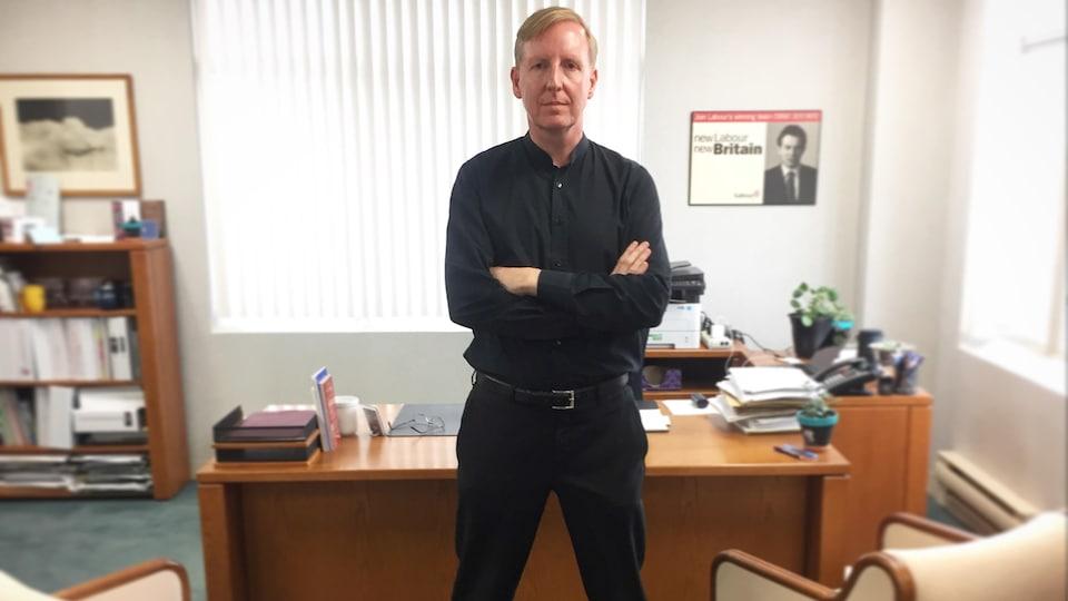 Le ministre de l'Éducation du Nouveau-Brunswick, Dominic Cardy, dans son bureau.
