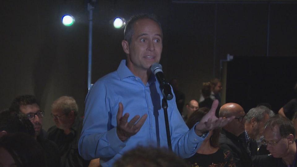 Dominic Gagnon prend la parole derrière un micro