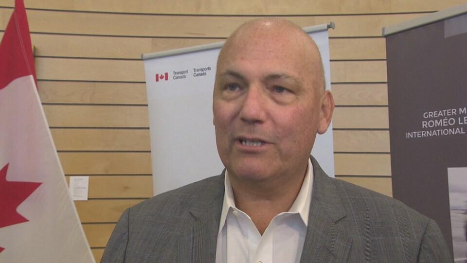 Le ministre Dominic LeBlanc répond à des questions.