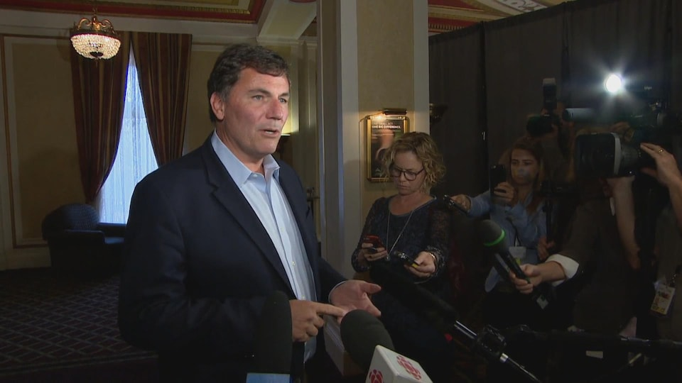 Dominic LeBlanc en mêlée de presse à Saskatoon le 12 septembre 2018.