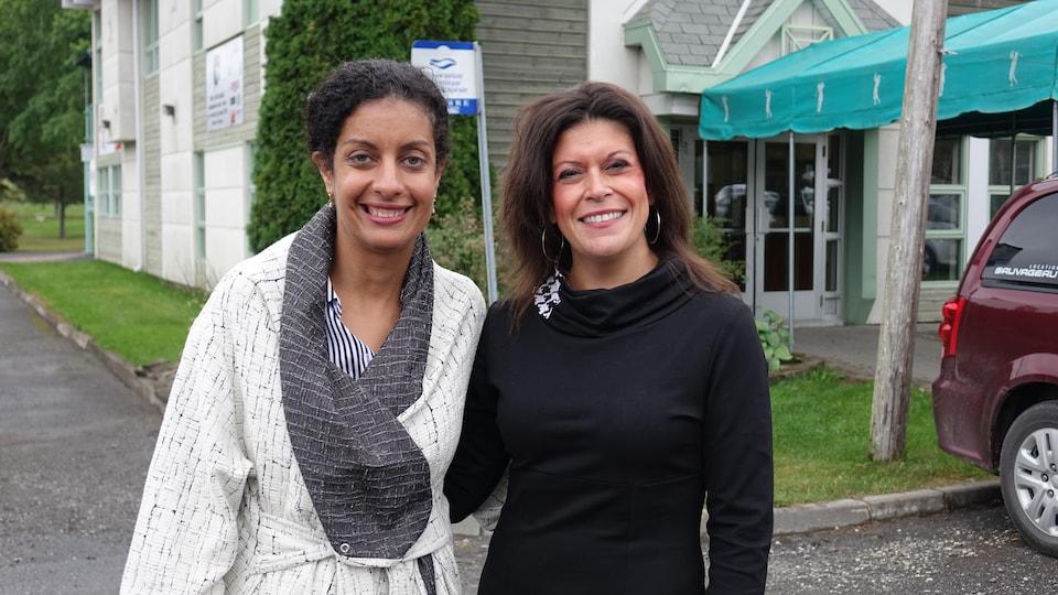 La ministre de l'Économie, Dominique Anglade, et la candidate dans Matane-Matapédia, Annie Fournier.