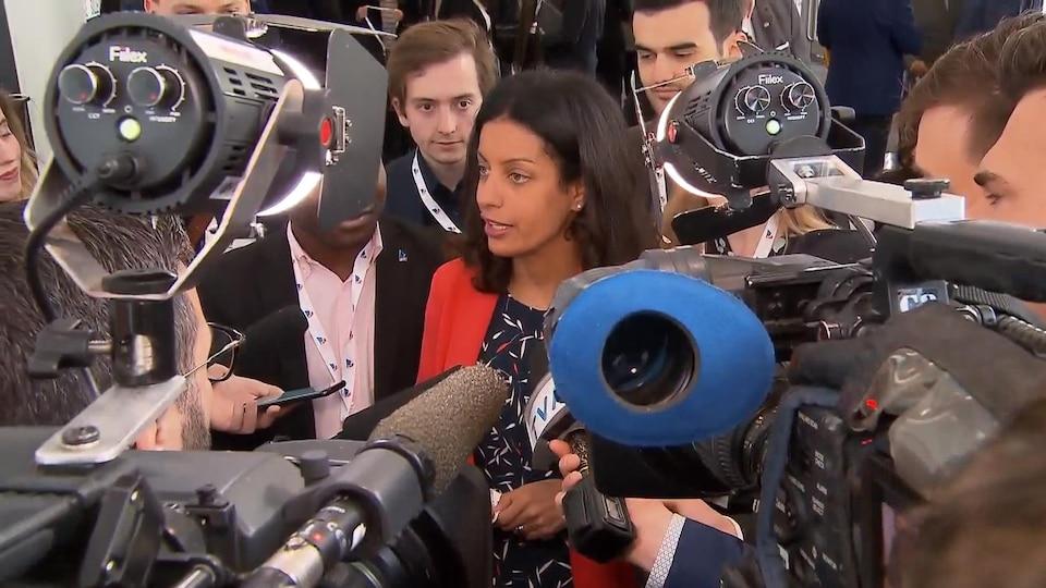 Dominique Anglade répond aux journalistes.