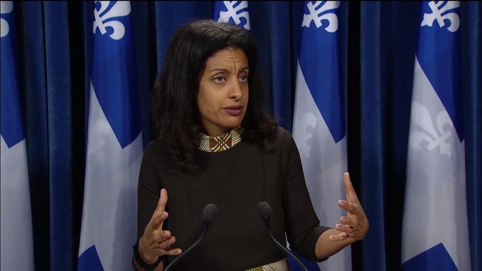 Dominique Anglade parle en conférence de presse.