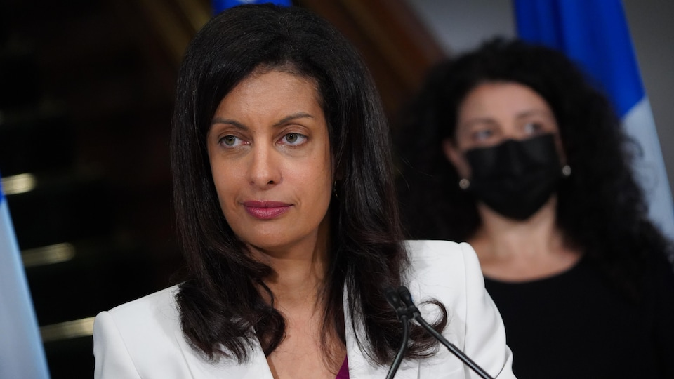 L'air sérieux, Dominique Anglade regarde à sa droite.