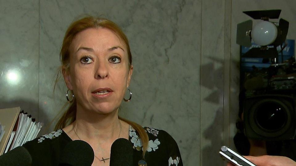 La ministre Dominique Vien s'adresse aux journalistes.