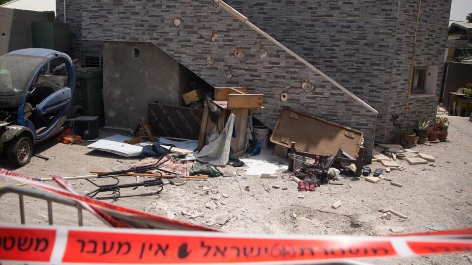La façade d'une synagogue endommagée.