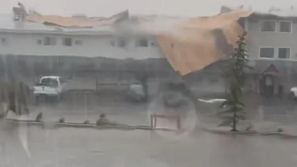 Un bâtiment endommagé par le vent.