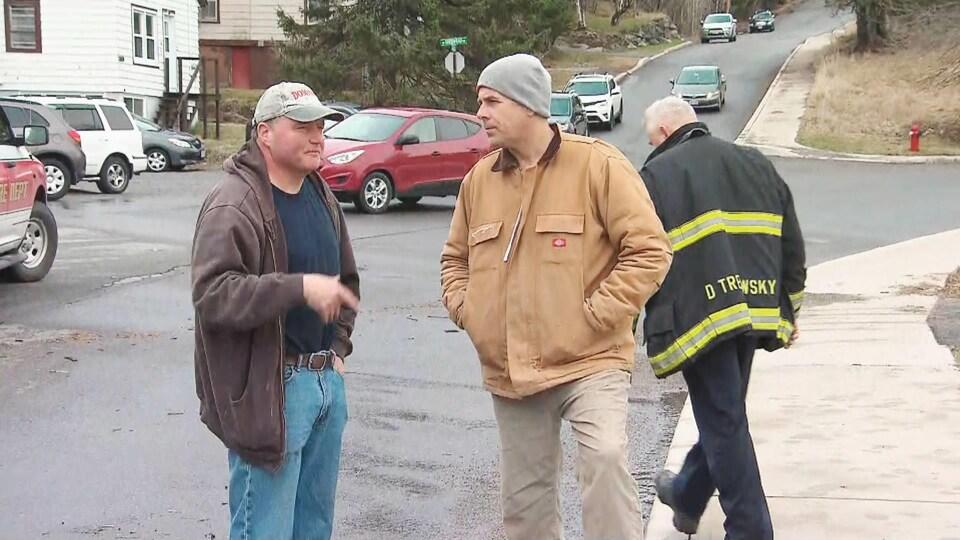 Le maire Don Darling discute avec un citoyen pendant les inondations.