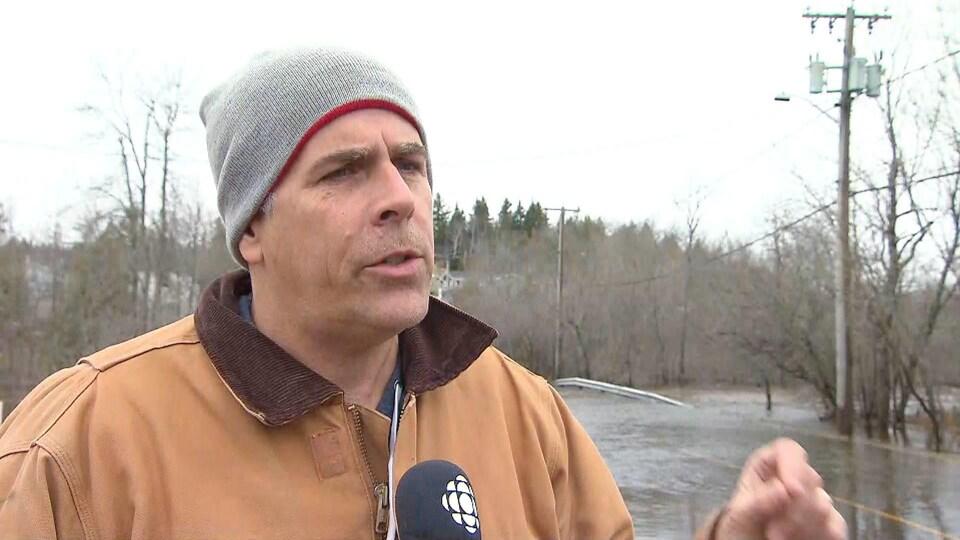 Don Darling en entrevue près d'une rue inondée le 27 avril 2019.